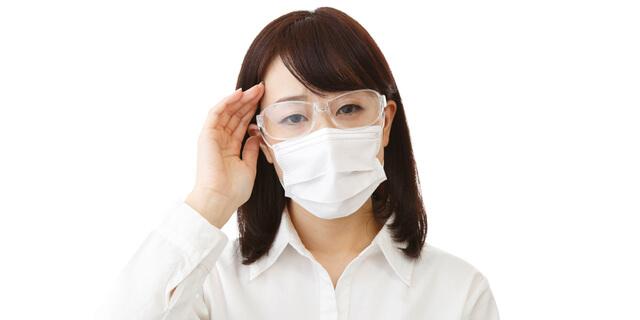 マスクとメガネをした女性