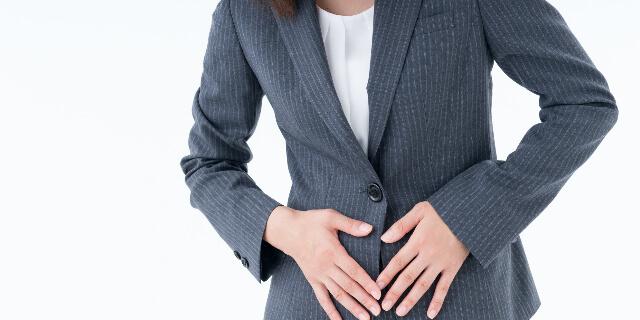 胃腸の痛みを抱える女性