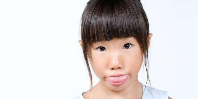 舌を出す女の子