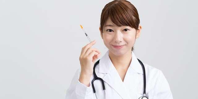 注射機を持つ女性