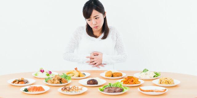 食べ過ぎた女性