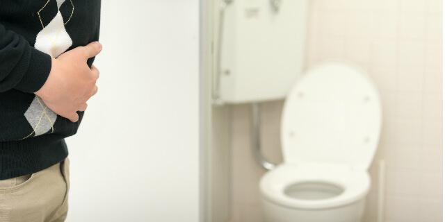 トイレに駆け込む男性