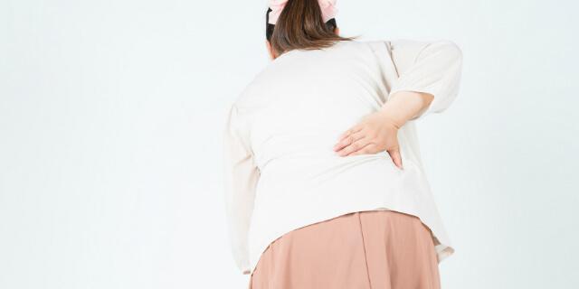 右腰を押さえる女性