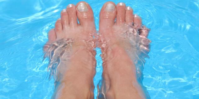 足を水につける人