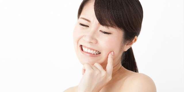 歯痛を抱える女性