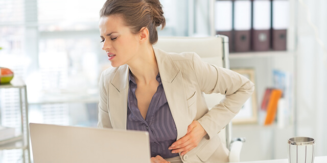 片腹を抑える女性