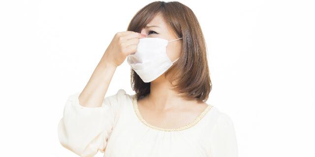 鼻づまりに悩む女性
