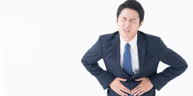 下痢を抱える女性