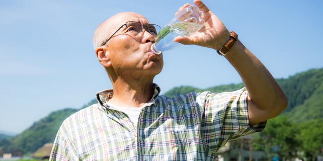 水分補給する高齢者