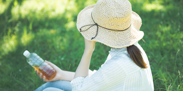日陰で休む女性