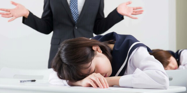授業中に寝る女子学生