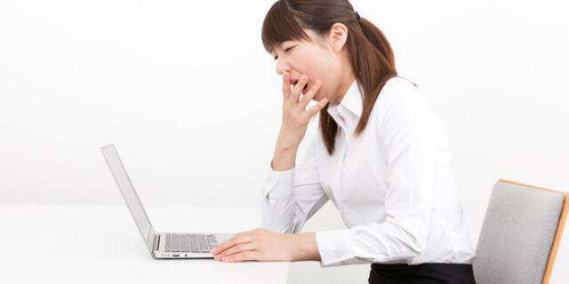 仕事中にあくびをする女性