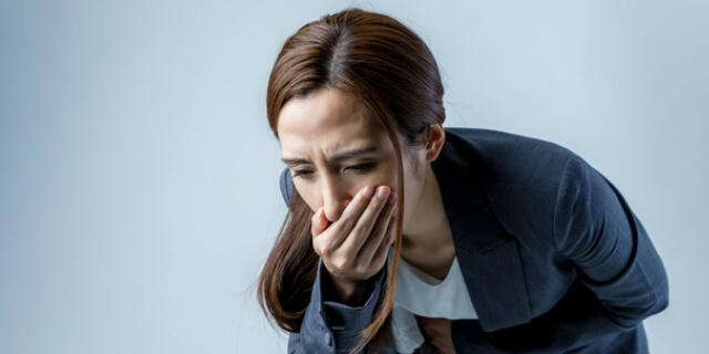胃痛を抱える女性