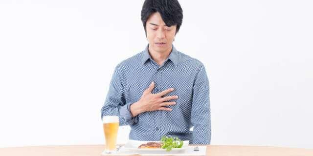胃もたれの男性