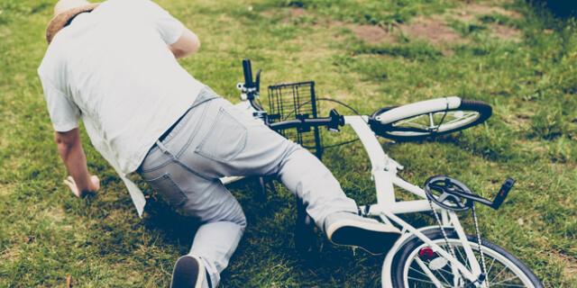 自転車から倒れる男性