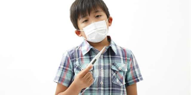 風邪をひいている少年