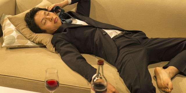酔って寝る男性