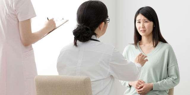 医師に相談する女性