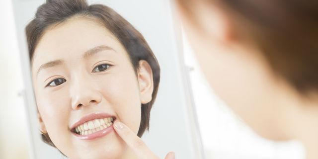 歯茎をチェックする女性