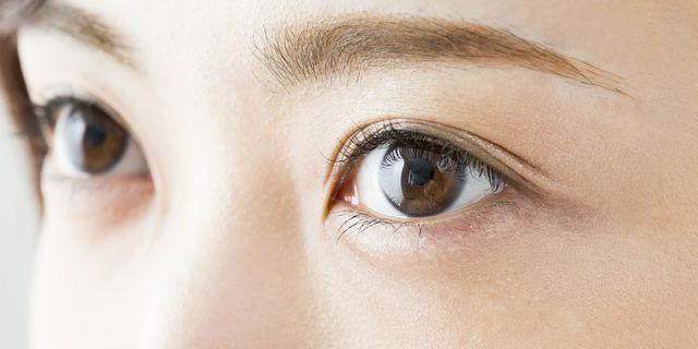 女性の瞳のアップ