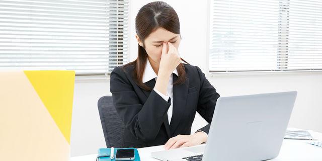 PCで眼精疲労の女性
