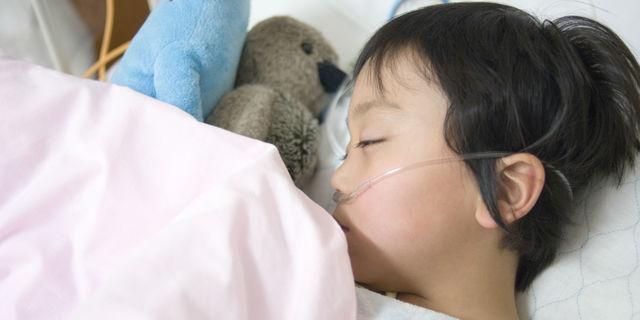 酸素吸入器をつける男の子