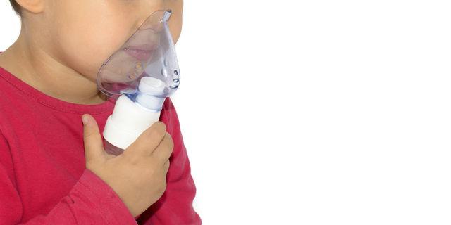 人工呼吸器をしている子供