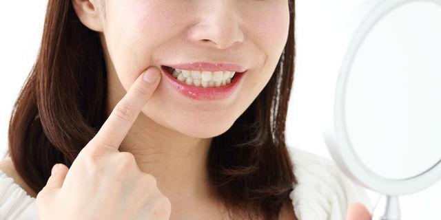 口角をチェックする女性
