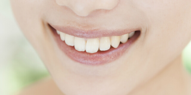 前歯を見せる女性
