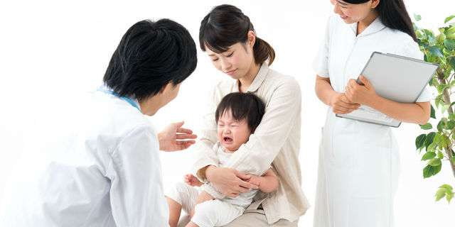 小児科で診察を受ける乳児