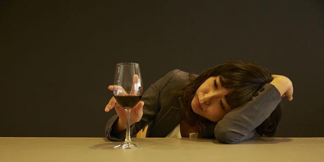 寝酒のワインを飲む女性