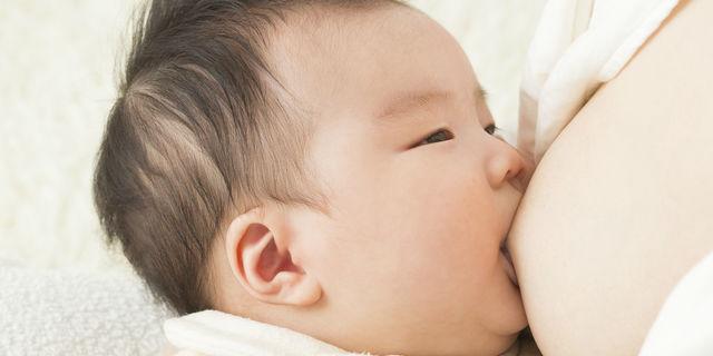 母乳をあげる母親