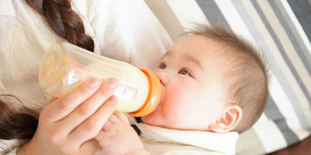 哺乳瓶でミルクをあげる