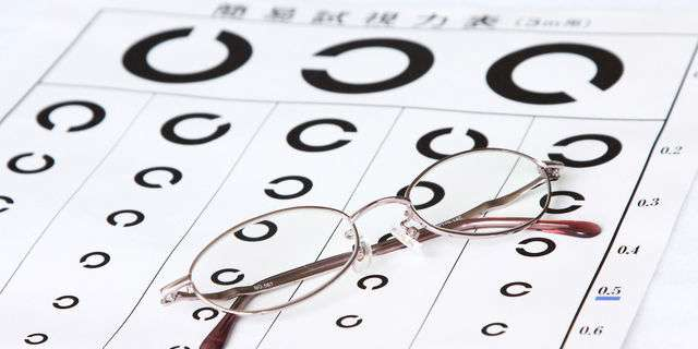 視力検査表とメガネ