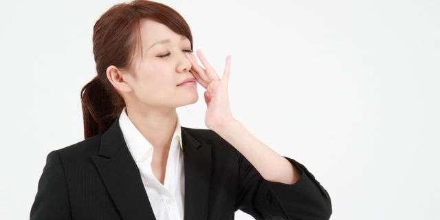 鼻づまりの女性