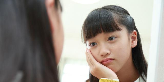 悩む小学生の女の子
