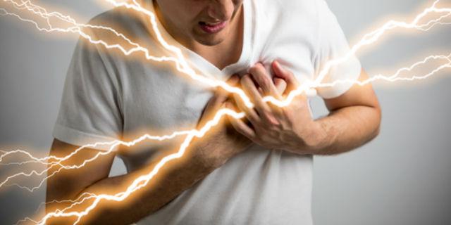 左胸に激痛が走っている男性