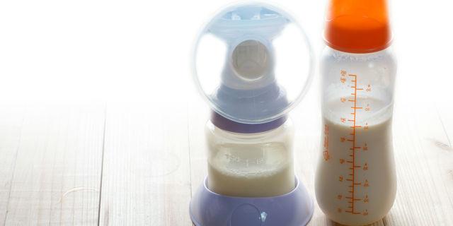 母乳の搾乳機とミルク