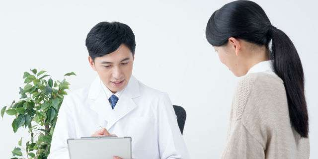 心療内科を受診する女性
