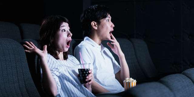 映画館で映画を楽しむカップル