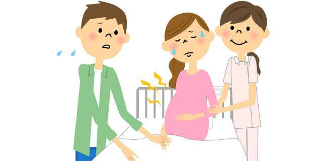 出産前の妊婦に付きそう夫と助産師