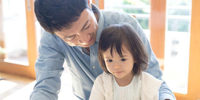 娘に話しかけるパパ
