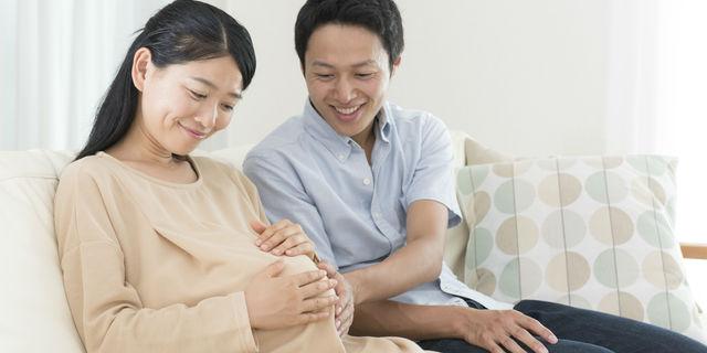 臨月の妊婦をいたわる夫