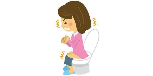 トイレでいきむ女性