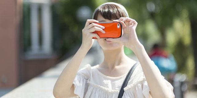 スマホで写真を撮る女性
