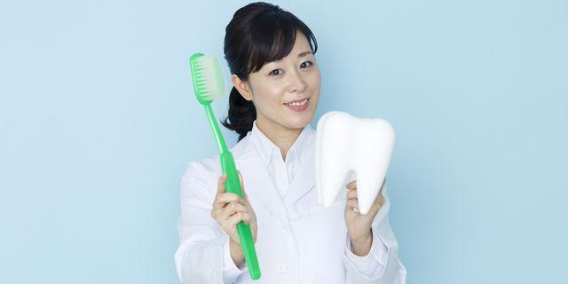 歯ブラシ選びのポイントを解説する歯科医師