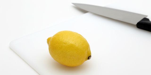 包丁の臭いをレモンで取る