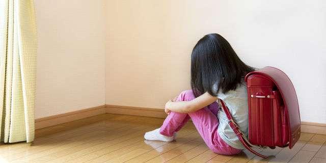 部屋の隅で落ち込む女の子