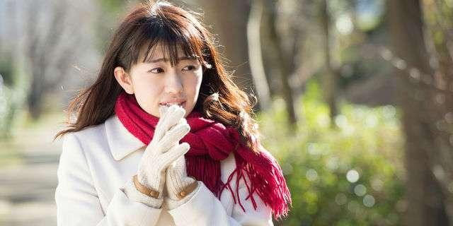 冬の寒い屋外にいる女性