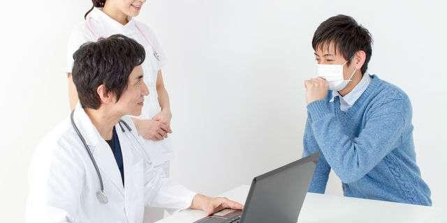 病院を受診する男性
